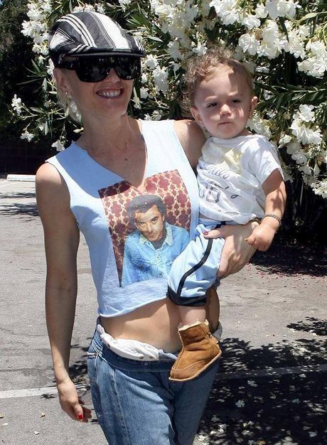 5aefc94e08f84 23 Gwen Stefani Street Style E Gavin T-Shirt